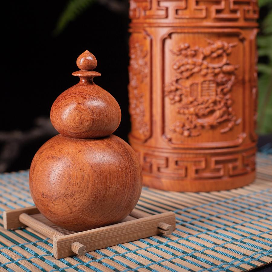 Đi kèm với sản phẩm Hộp trà gỗ hương là hộp tăm gỗ hương. Tạo một phong cách rất thiên nhiên và sang trọng