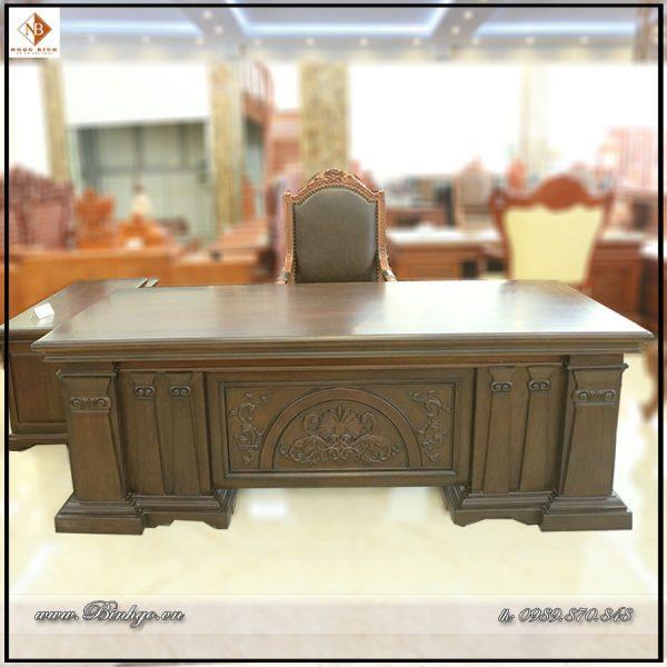 Kích thước: Dài 217 x Rộng 107 X Cao 77cm Chất liệu: Gỗ Gỗ Gõ Đỏ, Sơn PU Imchem cao cấp Một bộ bàn làm việc Giám Đốc mẫu Italy được thiết kế và sản xuất riêng cho bạn, không phải hàng